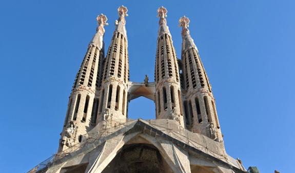 bcnshop.barcelonaturisme.com/files/5531-4214-imagenCAT/BarcelonaSagradaFamiliaT-24-d.jpg